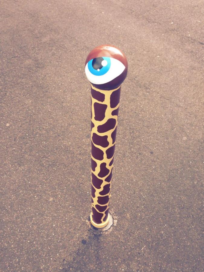 Da hat die Giraffe wohl den Kopf etwas zu lange in den Sand gesteckt - Flachwitz - habe ihr Auge jedenfalls in Hürth bei Köln entdeckt.